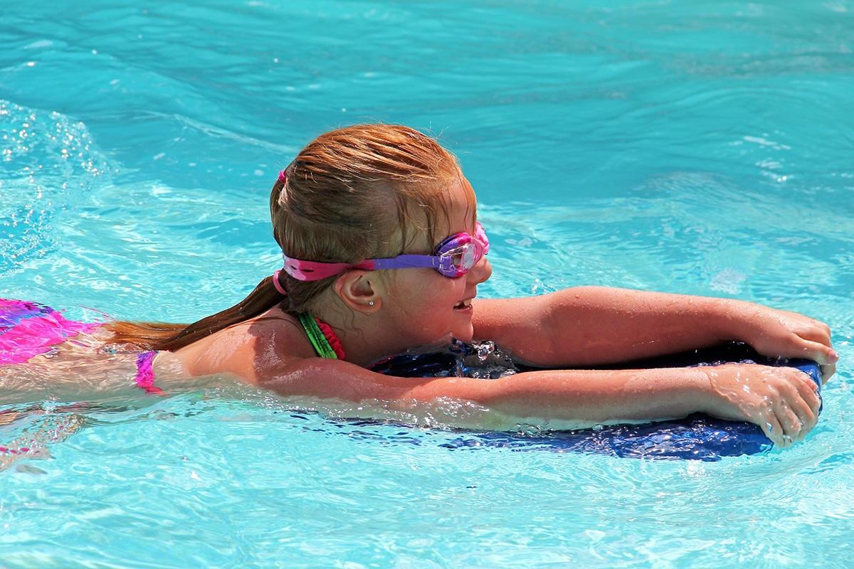 swimming-170608_1280